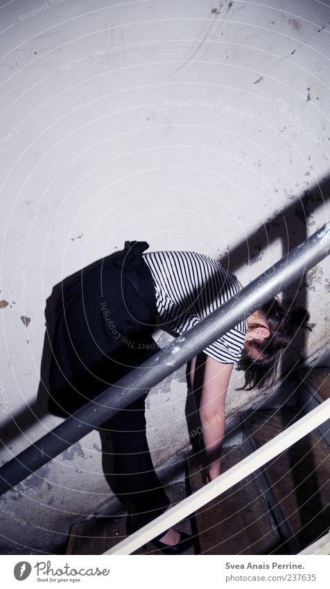 lautlosspüren! Lifestyle Stil feminin Junge Frau Jugendliche 1 Mensch 18-30 Jahre Erwachsene Treppe Mauer Wand Fassade Rock Kleid hängen dünn trashig Farbfoto