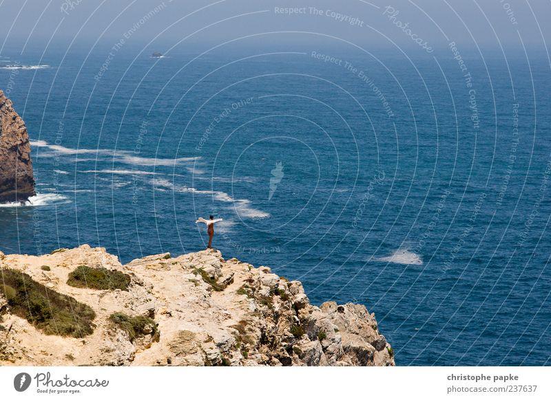 Aphrodite am Ende der Welt Mensch schön Ferien & Urlaub & Reisen Meer Sommer Einsamkeit Ferne Erholung Küste Freiheit klein Horizont Wind Felsen Tourismus