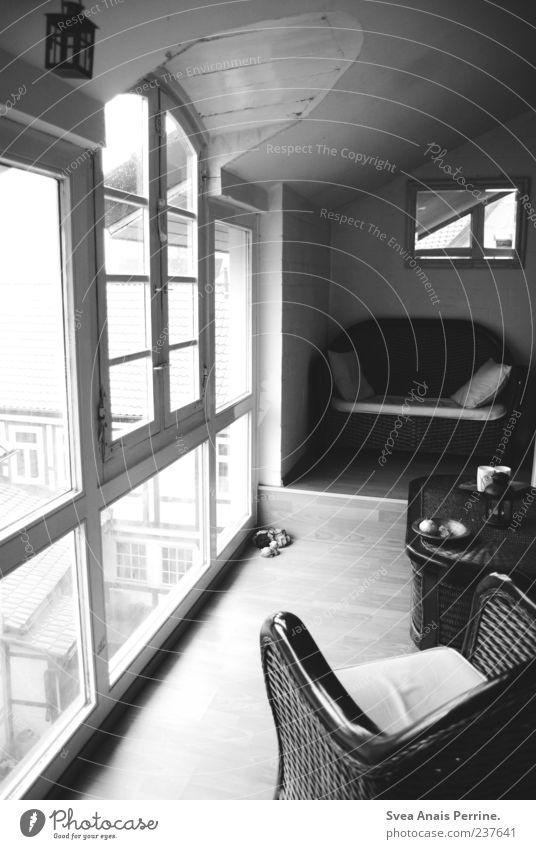 Fenster zur Seele. ruhig Erholung Fenster Wohnung Tisch Häusliches Leben Sofa Spiegel Flur Sessel Holzfußboden Glasscheibe Heimweh Licht Schwarzweißfoto Korbstuhl