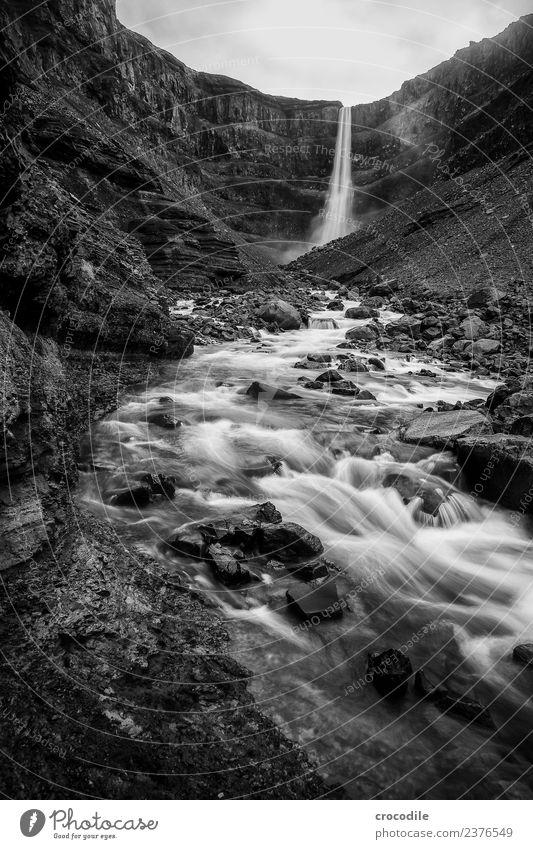 Hengifoss II Wasserfall Island Fluss Schlucht Felsen Langzeitbelichtung Gischt feucht Schwarzweißfoto dunkel mystisch Klippe vulkanisch Vulkaninsel