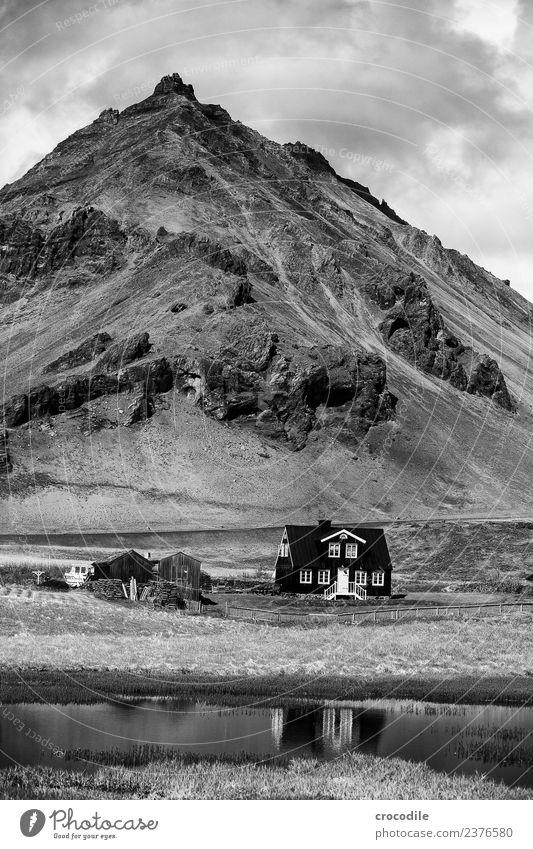 Island IX Berge u. Gebirge Haus See Ringstrasse Ferien & Urlaub & Reisen wandern nordisch Schwarzweißfoto Kontrast Einsamkeit Heimat sweet home