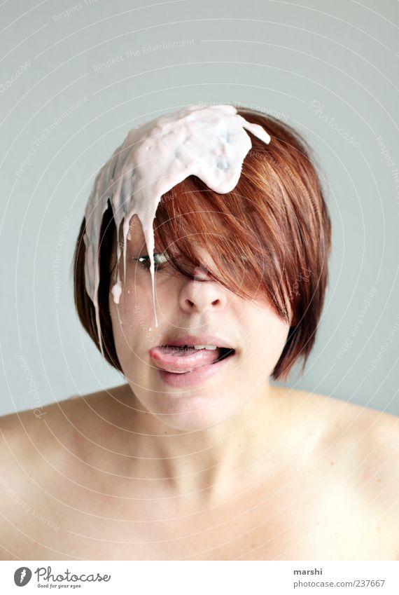 mal kosten... Mensch Frau Erwachsene feminin Gefühle Junge Frau Kopf lustig Ernährung Haut Lebensmittel Neugier brünett Versuch Zunge Ekel