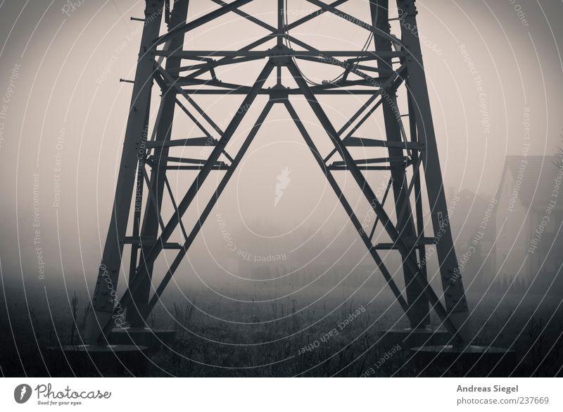 Energie Energiewirtschaft Strommast Umwelt Natur Wetter schlechtes Wetter Nebel Feld Dorf Haus Gebäude Wohnhaus Metall dunkel kalt trist Einsamkeit