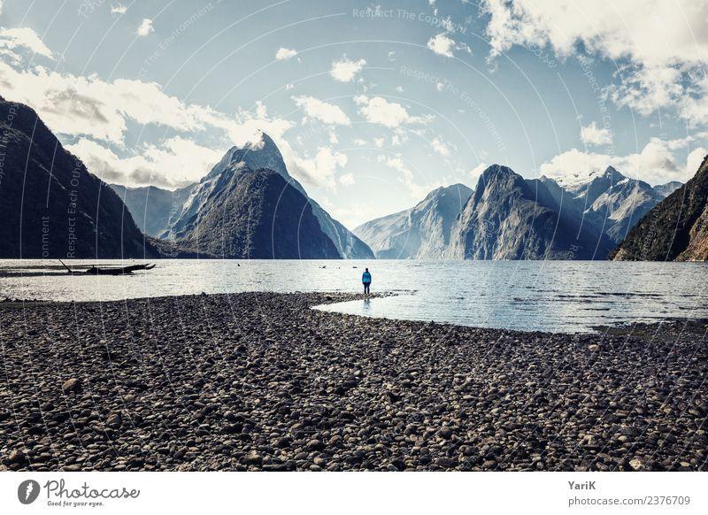 Milford Sound, baby! Frau Himmel Jugendliche Junge Frau Sommer blau Wasser Landschaft Meer Einsamkeit Wolken ruhig Berge u. Gebirge Reisefotografie Erwachsene