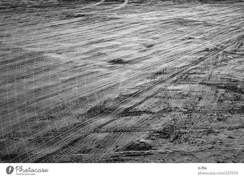 Vatertagsspuren Urelemente Sand Sommer Strand Nordsee grau schwarz weiß Schwarzweißfoto Außenaufnahme Menschenleer Abend Starke Tiefenschärfe Fahrbahn Spuren