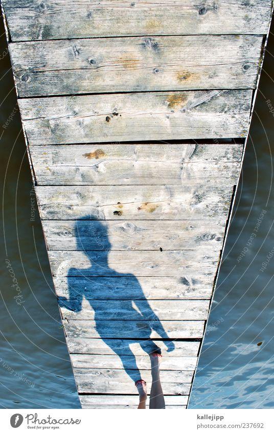 laufsteg Mensch Frau Wasser ruhig Erwachsene Erholung Leben Küste See Beine Fuß Wellen Zufriedenheit gehen Freizeit & Hobby Schwimmen & Baden
