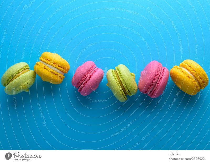 bunte Kuchen Dessert Süßwaren hell blau gelb grün rosa Farbe Macaron Pastell Hintergrund Lebensmittel farbenfroh Vanille Französisch Aussicht Top süß Biskuit