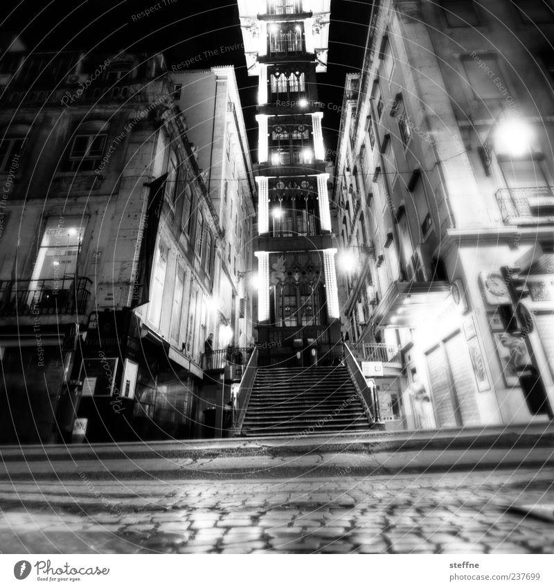 lurpimitat Lissabon Portugal Altstadt Menschenleer Sehenswürdigkeit Wahrzeichen Elevador de Santa Justa Stadt Alkoholisiert taumeln Kopfsteinpflaster