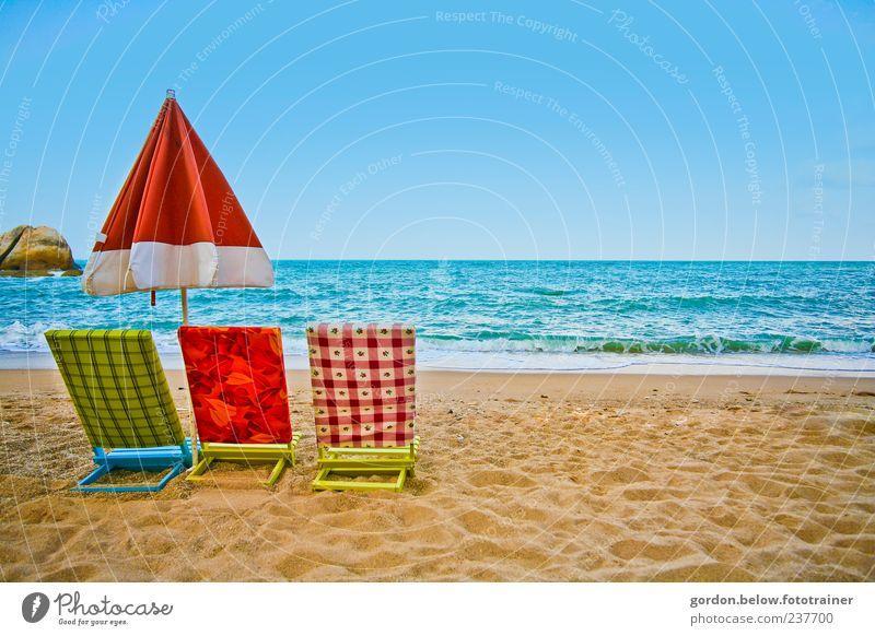 drei im Sand Wasser Meer blau rot Sommer Strand Ferien & Urlaub & Reisen ruhig Ferne Erholung Landschaft Küste Wellen Ausflug frisch Wellness
