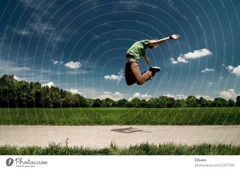 nimm mich! Lifestyle Stil Mensch Junger Mann Jugendliche 1 18-30 Jahre Erwachsene Landschaft Himmel Sommer T-Shirt Hose Bewegung springen sportlich