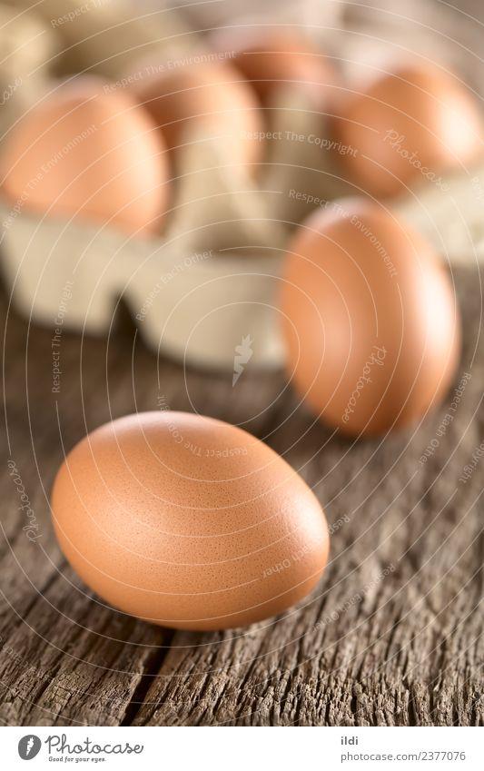 Rohe braune Eier Ernährung Frühstück Ostern frisch Lebensmittel ganz Essen zubereiten backen Protein Panzer Eierschale Holz rustikal vertikal roh Bestandteil