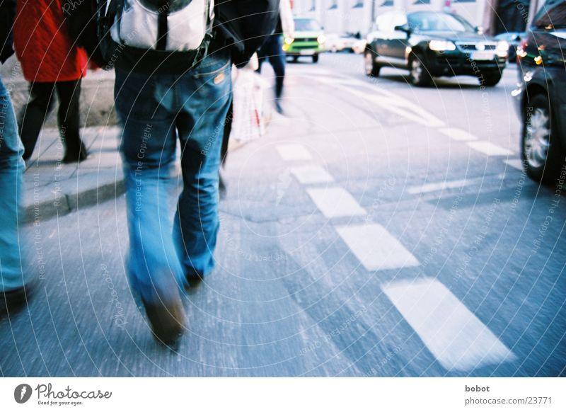 Auf der Hatz (I) gehen Teer Verkehr Fußgänger München Eile Straße Jeanshose PKW Bewegung laufen hektisch