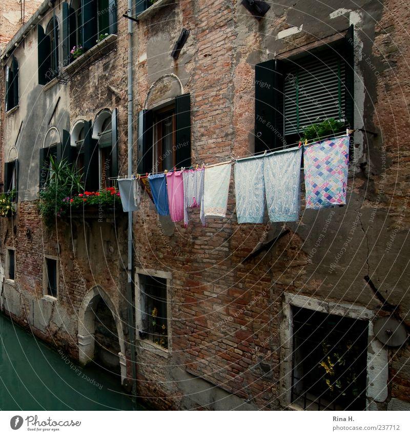 Waschtag in Venedig Wasser Stadt Ferien & Urlaub & Reisen Haus Architektur Fassade authentisch Sauberkeit Italien verfallen Quadrat Wäsche Haushalt Wäscheleine Venedig Altstadt
