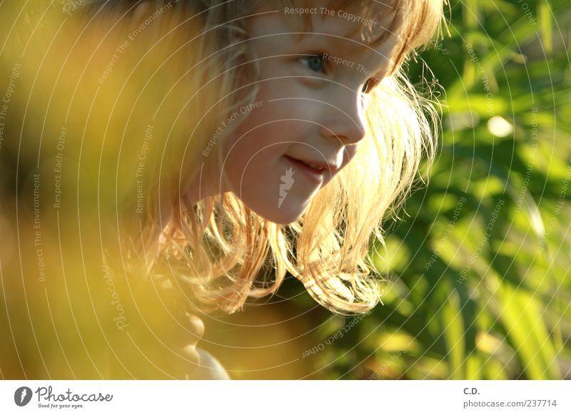 Entdeckungstour Mädchen Kindheit Kopf Gesicht 1 Mensch 3-8 Jahre Natur blond rothaarig entdecken Lächeln frech frei Glück Neugier niedlich gelb grün