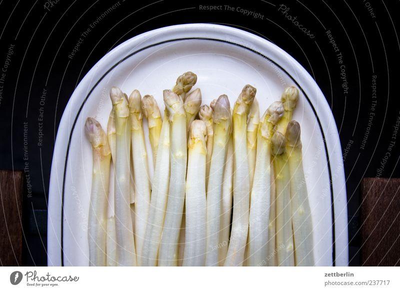 Spargel Ernährung Lebensmittel liegen viele Teller Bioprodukte Diät Vegetarische Ernährung Spargel Spargelzeit Spargelspitze Vor dunklem Hintergrund