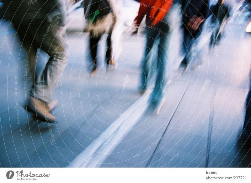 Auf der Hatz (II) Straße Bewegung gehen laufen Verkehr Jeanshose München Fußgänger Eile Teer
