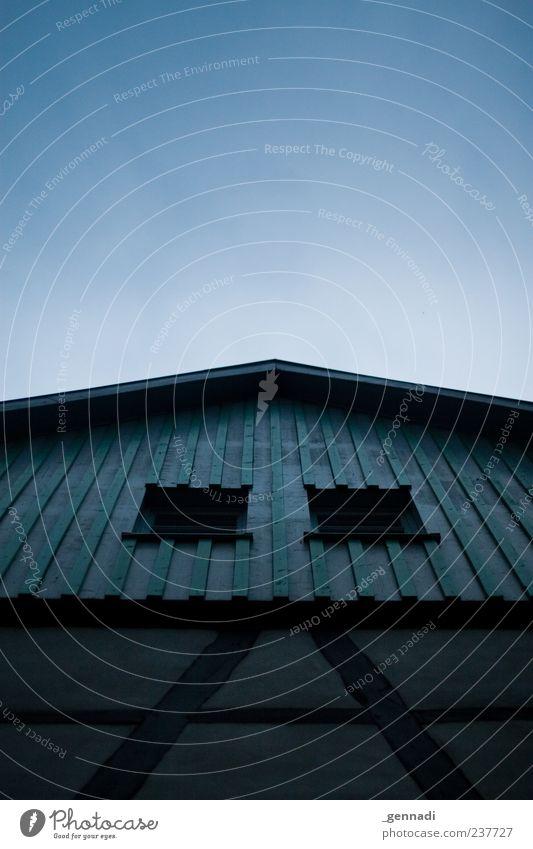 Glückliche Häuser braucht das Land Haus Einfamilienhaus Traumhaus Fachwerkfassade alt Altbau blau frei Architektur Fenster Holz mehrfarbig Himmel