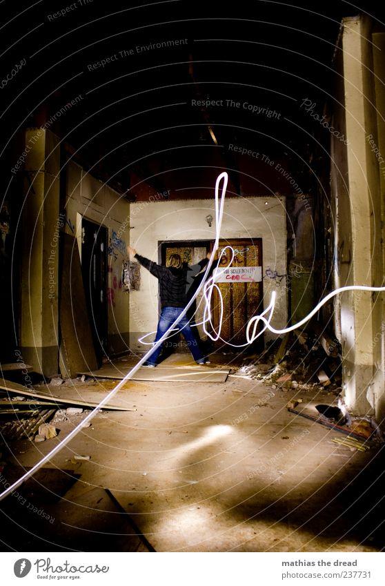 X Mensch Jugendliche Erwachsene dunkel kalt Wand Mauer Gebäude Stil Tür dreckig warten elegant außergewöhnlich maskulin 18-30 Jahre