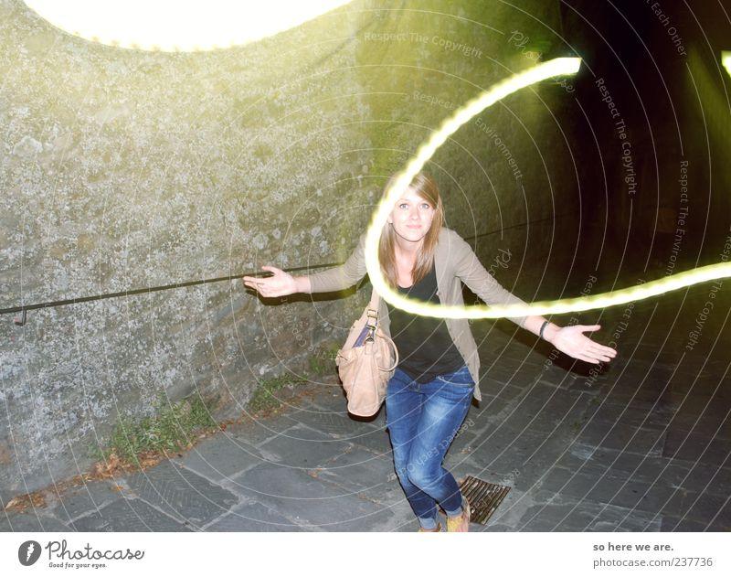 huh? Student Junge Frau Jugendliche 1 Mensch 18-30 Jahre Erwachsene Mauer Wand Jeanshose genießen laufen authentisch frech Fröhlichkeit frisch Lebensfreude