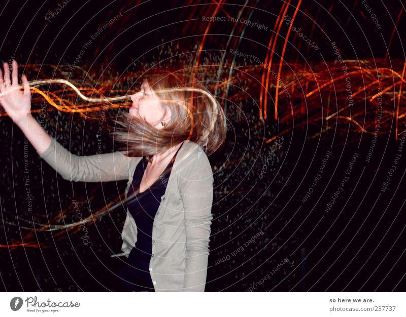 Schwall Junge Frau Jugendliche 1 Mensch 18-30 Jahre Erwachsene Bewegung springen frisch verrückt wild rot schwarz Freude Fröhlichkeit Euphorie selbstbewußt