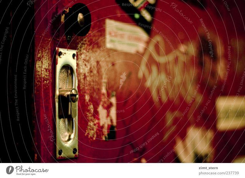 Tür im Backstage rot schwarz geschlossen dreckig kaputt Neugier Dresden Club Verfall trashig silber Renovieren rebellisch Schmiererei ausgehen