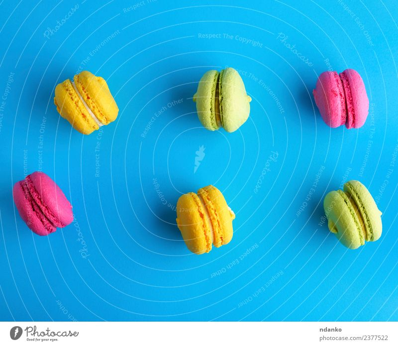Kuchen aus Mandelmehl mit Sahne-Makronen Dessert Süßwaren hell blau gelb grün rosa Farbe Macaron Pastell Hintergrund Lebensmittel farbenfroh Vanille Französisch