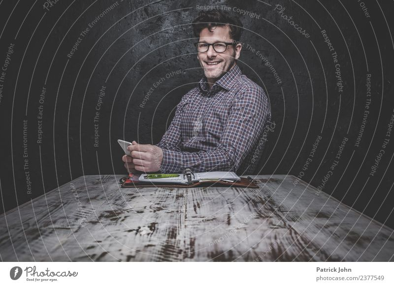 Na Also Büroarbeit Kapitalwirtschaft Arbeitslosigkeit maskulin Mann Erwachsene 30-45 Jahre Hemd Brille Locken Dreitagebart Denken Kommunizieren Erfolg