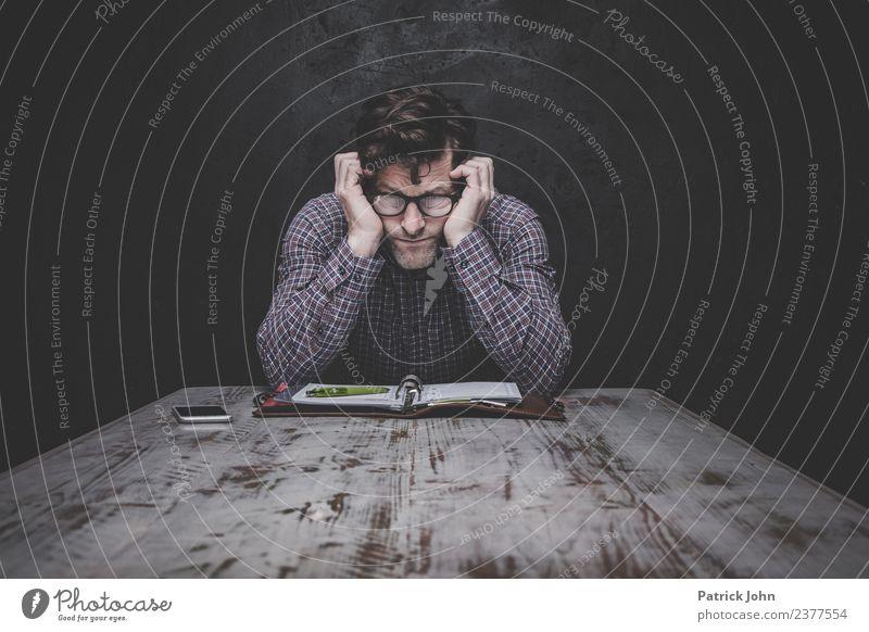 Nichts klappt Mensch Mann Einsamkeit Erwachsene Traurigkeit Gefühle maskulin Brille Zukunftsangst Verzweiflung Scham Erschöpfung Frustration Enttäuschung bequem