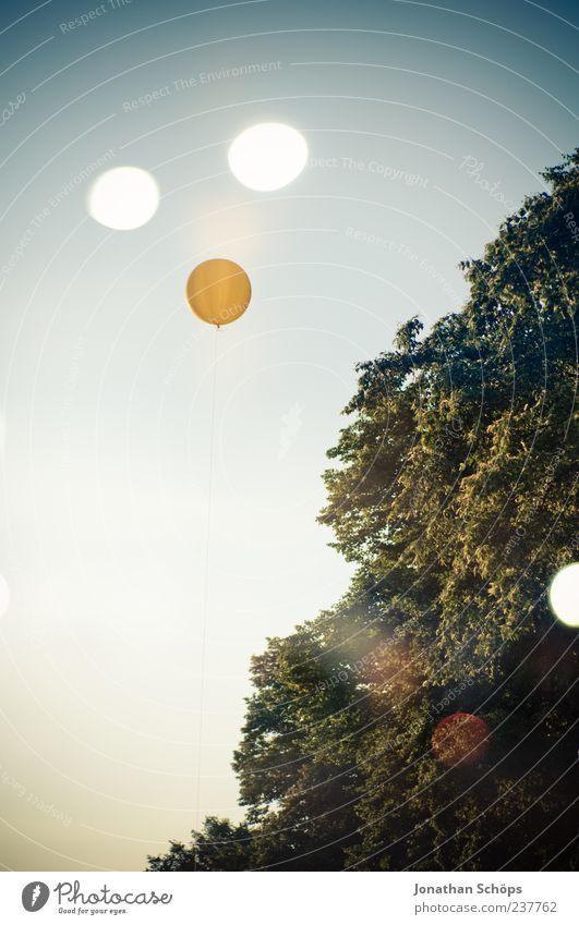 Punkt, Punkt, Komma, Strich ... nee Ballon / blind Himmel Natur blau grün Baum gelb Luft außergewöhnlich Kreis Luftballon rund Doppelbelichtung