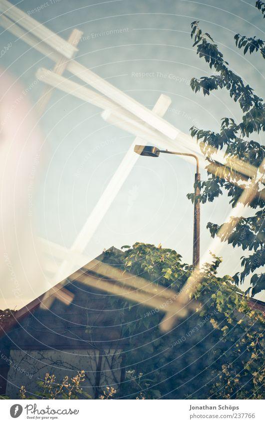 Gartenlaube/Holzstäbe Natur Himmel blau grün Gefühle ästhetisch Zufriedenheit Doppelbelichtung Montage Lampe Straßenbeleuchtung Scheune Gartenhaus Baum Blatt