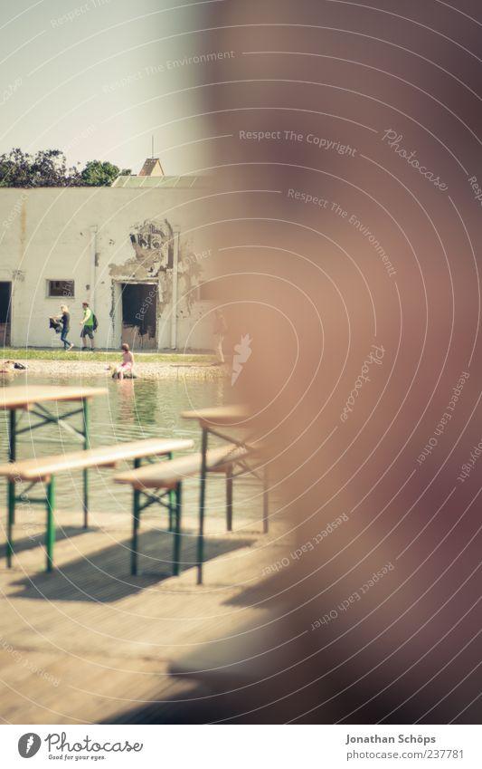 den Fokus in die Ferne richten Mensch Wasser Sommer Haus Gesicht Wand Holz Kopf See Feste & Feiern ästhetisch Schwimmbad Bank nah verfallen