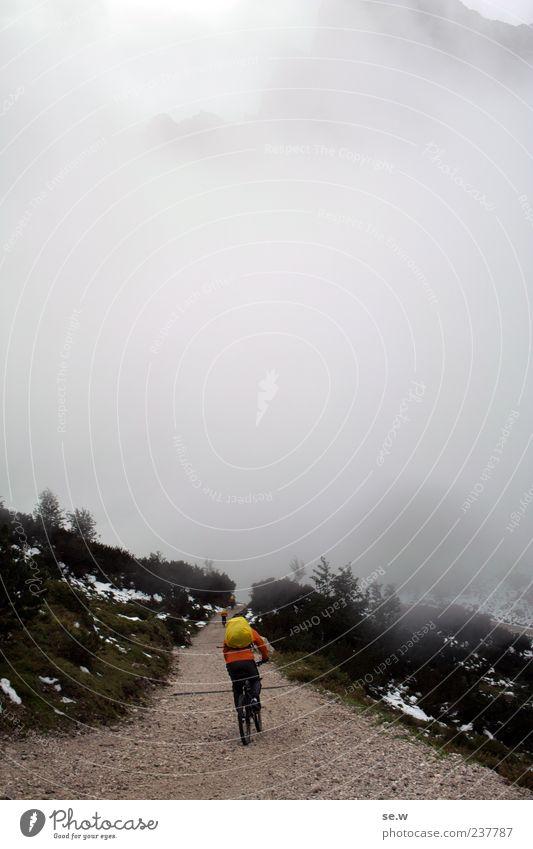 Fahrt ins Ungewisse Mensch Wolken kalt Herbst Berge u. Gebirge Wege & Pfade grau Alpen Fahrradfahren schlechtes Wetter Rucksack Bayern Mountainbiking Kalkalpen