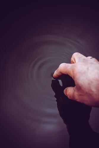 eintauchen elegant Leben ruhig Meditation Mensch maskulin Mann Erwachsene Hand Finger Kunst Künstler Kunstwerk Gemälde Umwelt Natur Wasser Klima Klimawandel