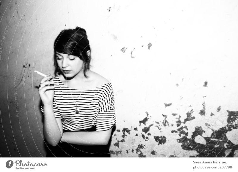 eleganter trash. Mensch Jugendliche Erwachsene kalt feminin Wand Haare & Frisuren Mauer Stil Fassade außergewöhnlich Junge Frau 18-30 Jahre Lifestyle nachdenklich T-Shirt