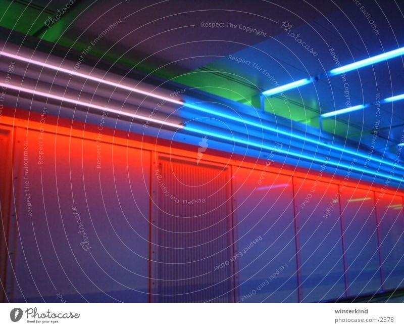 Münchener Flughafen Tunnel Licht Luftverkehr Farbe