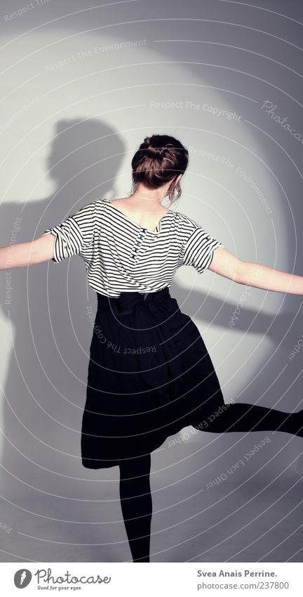 Ohne Hand und Fuß. elegant Stil feminin Junge Frau Jugendliche 1 Mensch 18-30 Jahre Erwachsene Mode T-Shirt Rock Kleid Strumpfhose brünett Dutt trendy