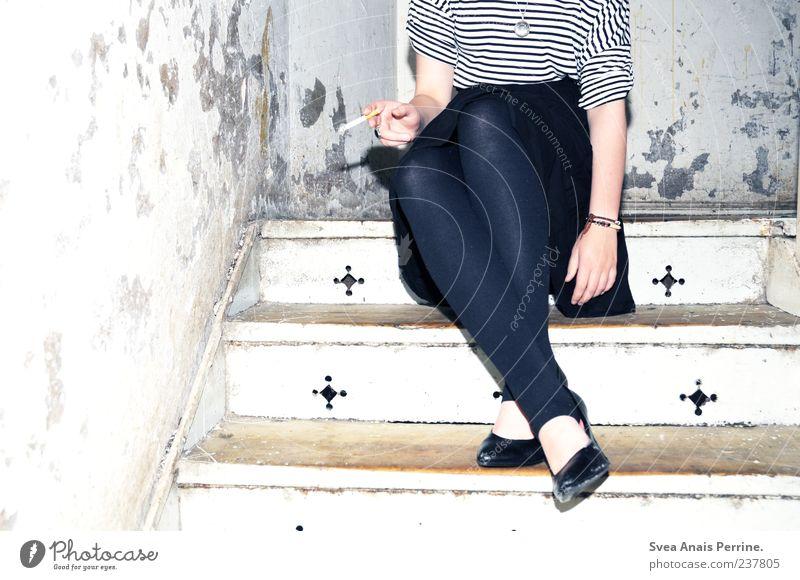 zutiefst. Mensch Jugendliche Erwachsene feminin Wand Mauer Stil Schuhe dreckig Treppe sitzen Junge Frau 18-30 Jahre Lifestyle T-Shirt Rauchen