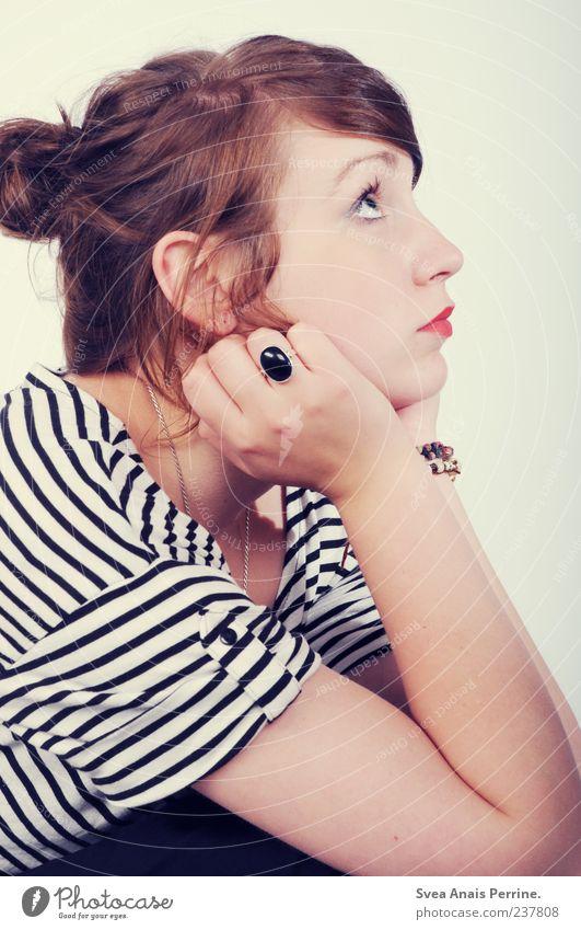 dutt. Lifestyle elegant Stil feminin Junge Frau Jugendliche Gesicht Arme Hand 1 Mensch 18-30 Jahre Erwachsene T-Shirt Rock Accessoire Schmuck Ring brünett Zopf