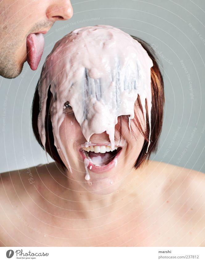 am JoghurtDessert naschen Mensch Frau Erwachsene feminin lachen Kopf lustig Ernährung Haut Lebensmittel Mund maskulin Speiseeis süß Süßwaren lecker