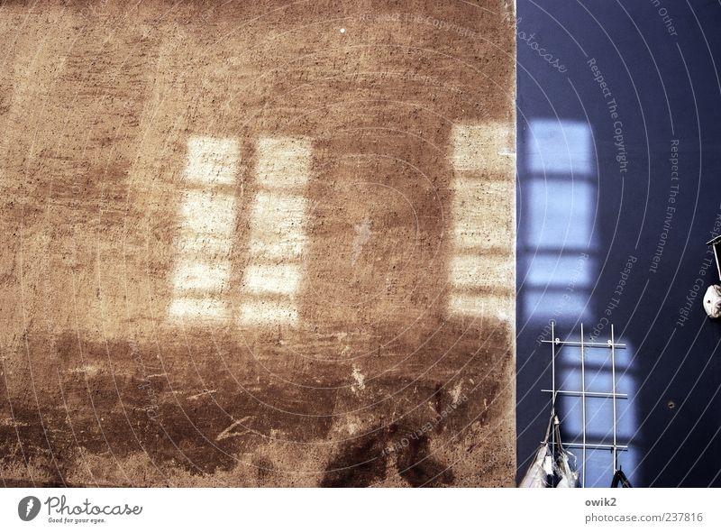 Scheint so Bauwerk Mauer Wand Fassade Fenster hängen leuchten alt eckig glänzend hell historisch blau braun ruhig Reflexion & Spiegelung Indirektes Licht 3