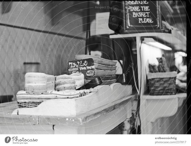 Beim Prager Bäcker... Lebensmittel Teigwaren Backwaren Brot Süßwaren Ernährung Prager Spezialität authentisch Bäckerei Tschechien Schwarzweißfoto Theke