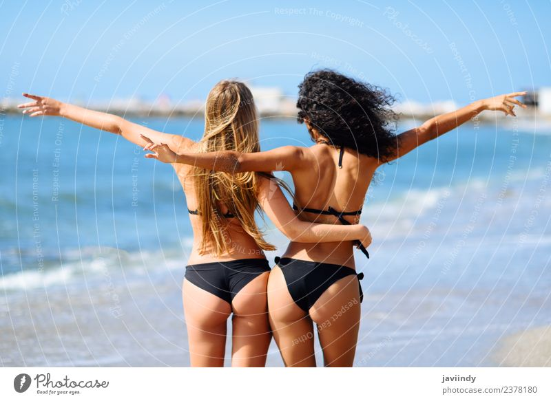 Zwei junge Frauen im Bikini, die Spaß an einem tropischen Strand haben. Lifestyle Freude Glück schön Körper Freizeit & Hobby Ferien & Urlaub & Reisen Tourismus