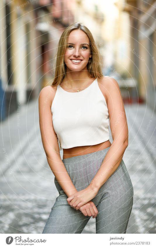 Junge Frau, die im urbanen Hintergrund lächelt. Lifestyle elegant Stil Glück schön Haare & Frisuren Sommer Mensch feminin Jugendliche Erwachsene 1 18-30 Jahre