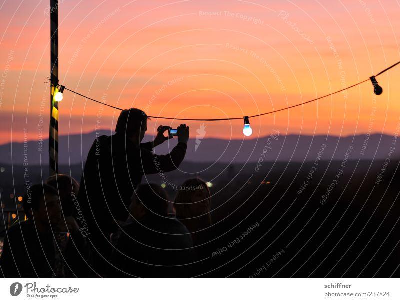 Fotografen beim Fotografieren fotografieren Mensch rot Ferne Beleuchtung Feste & Feiern Zusammensein Freizeit & Hobby Fotokamera Menschenmenge Abenddämmerung