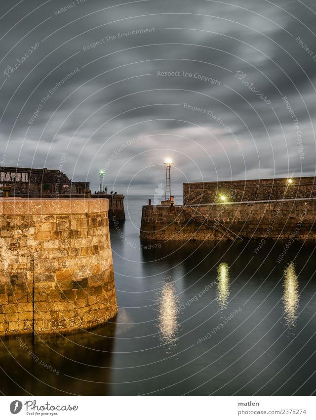entree blau dunkel Architektur Wand Mauer grau braun Hafen Schifffahrt Anlegestelle Leuchtturm Einfahrt Seezeichen