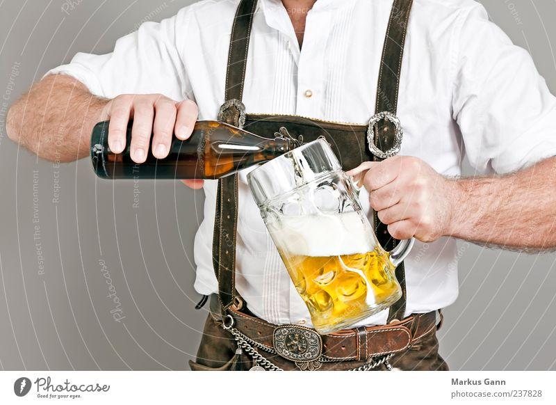 Bayer mit Bierkrug Getränk Alkohol Oktoberfest Mensch maskulin Mann Erwachsene Hand 1 Veranstaltung Bekleidung gelb Tradition Tracht Glas eingießen Flasche