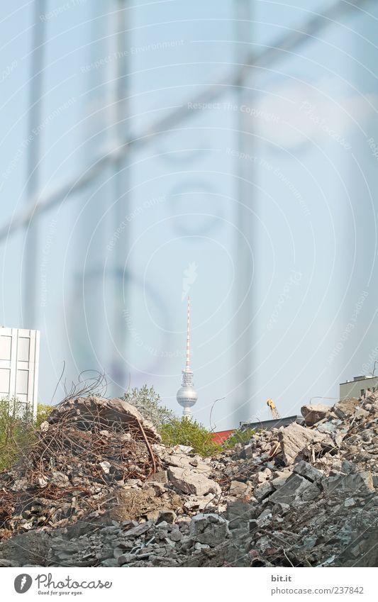 Danke Helgi... Berlin Stein Tourismus Wachstum Wandel & Veränderung Baustelle Turm Vergänglichkeit Bauwerk historisch Zaun Verfall Wahrzeichen Ruine DDR