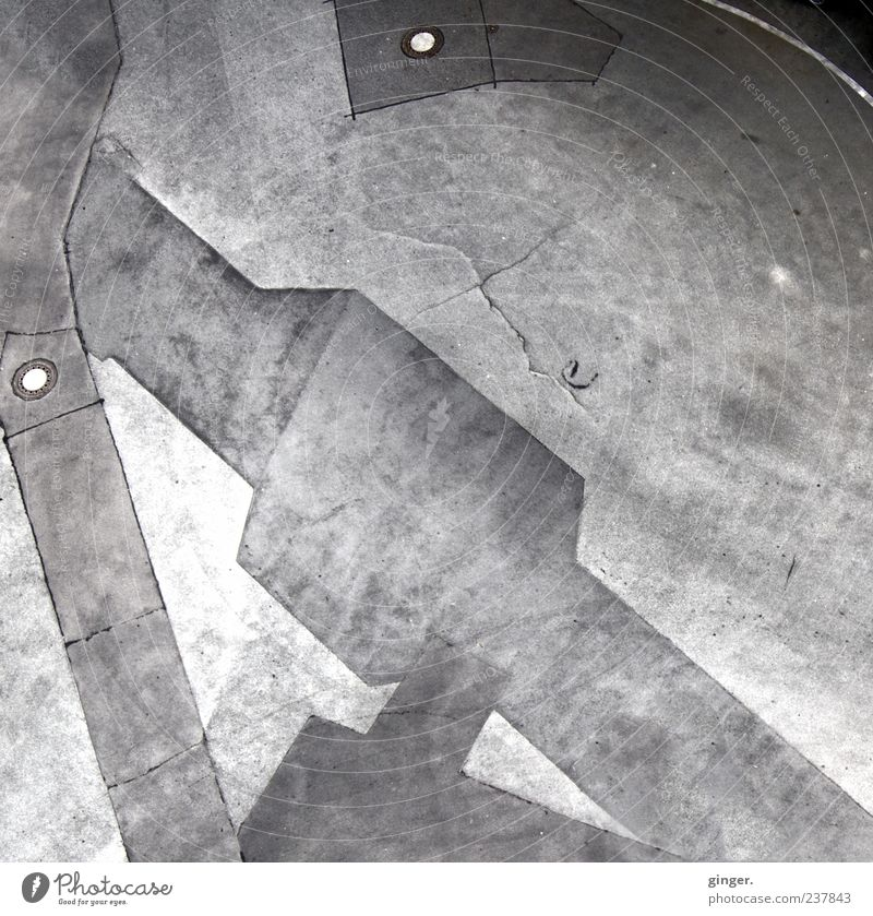 Zeig mir die Rosen im Asphalt. grau kaputt Asphalt Textfreiraum Gully Bruch Muster Wölbung unbeständig abstrakt Schwarzweißfoto anthrazit