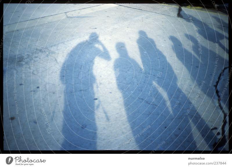 Schatten am Bruch Mensch dunkel Menschengruppe Stil träumen Freizeit & Hobby warten Beton Lifestyle trist Neugier Zeichen skurril Menschenmenge trashig Riss
