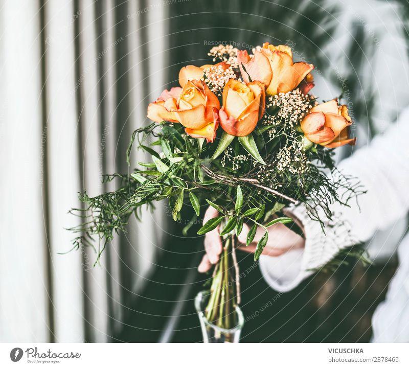 Weibliches Hand mit Rosen Blumenstrauß Stil Design Häusliches Leben Innenarchitektur Dekoration & Verzierung Veranstaltung Mensch feminin Frau Erwachsene trendy